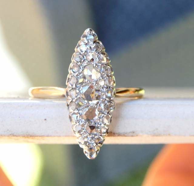 18 kt gold marquise ring with 30 rose cut white diamonds of 0.80 ct