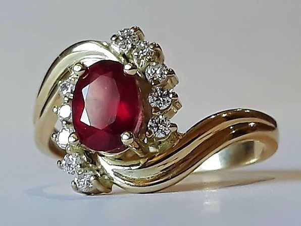 New ring with ruby and 10 VS/G-H diamonds totalling 0.45 ct - 14 kt gold - Made in Spain - 18 mm in diameter