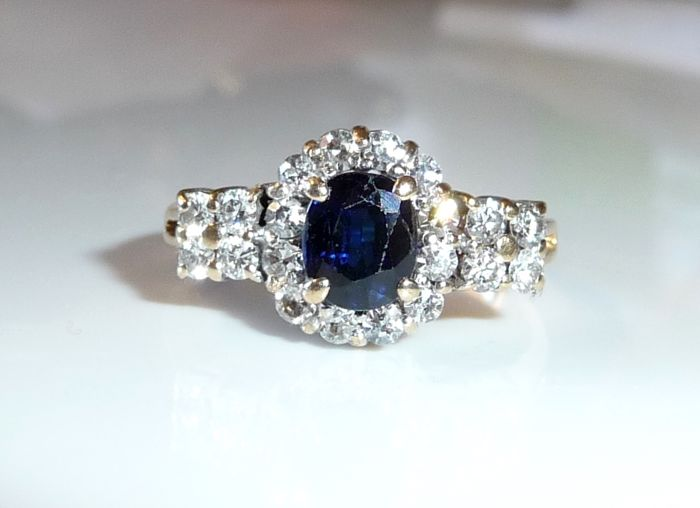 14 kt / 585 gold/white gold ring with approx. 0.68 ct of diamonds + 1 sapphire of 0.50 ct - ring size 55 - adjustable