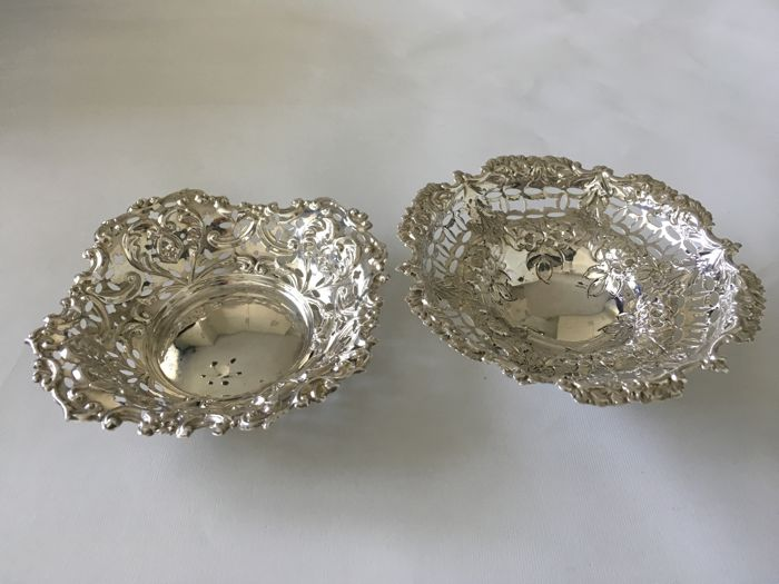 Two silver embossed Decorated dishes - William Aitken -. Birmingham 1905 - Nathan & Hayes - Birmingham - 1917