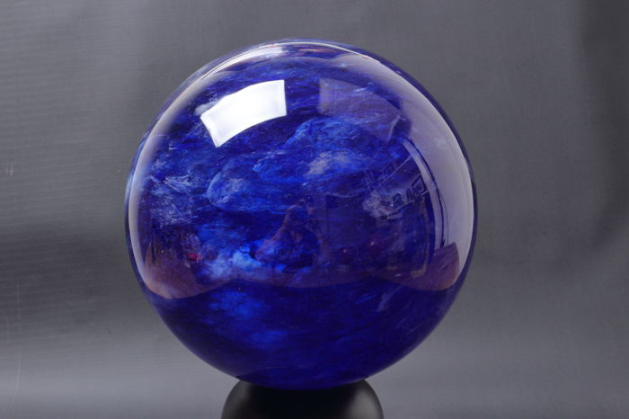 Quartz Big Polished Sphere of Blueberry quartz - 19.80 cm diameter en omtrek 62.20 cm - 9000 gram