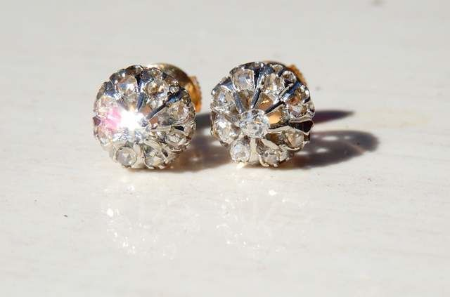 Delicate pair of ear studs, diamonds 0.40 ct, 18 kt gold mount