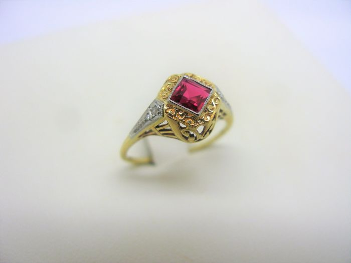 Yellow solid gold ring 18 kt (750) with ruby of 0.40 ct and natural diamonds of 0.04 ct total