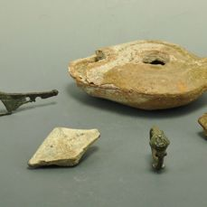 Oud-Romeins Bronze, Lead & Terracotta Selection Of Five Roman Objects - 1.9cm int diam (ring) to 9.4cm (lamp) - (5)