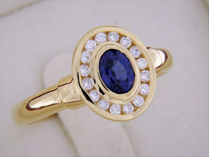 18 kt gold ring central sapphire surrounded by diamonds - size 54