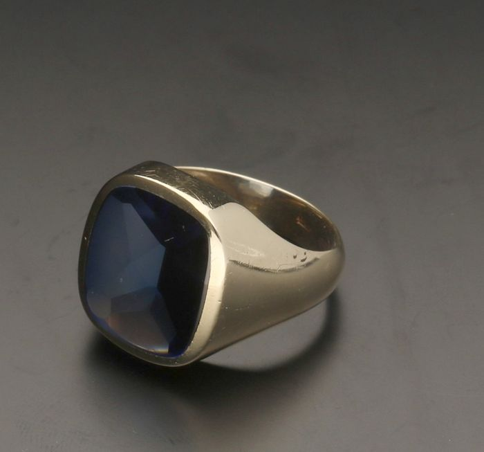 14 kt - Yellow gold men's ring with a synthetic sapphire of 1.4 mm x 1.2 mm - Ring size: 17.75 mm