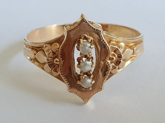 Ladies' antique ring in 18 kt/750 yellow gold with eagle's head hallmark and set with 3 cultivated pearls, heritage jewellery, ring size  54 Weight 2 g - no reserve