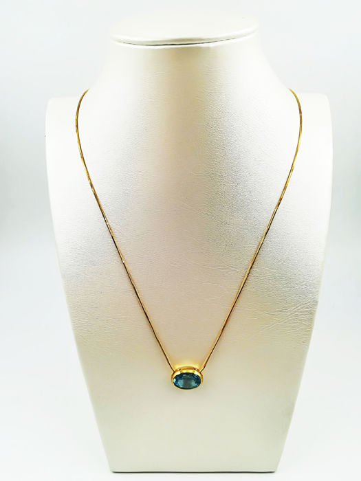 Chain in 18 kt yellow gold with aquamarine stone pendant Necklace length: 44.00 cm Pendant length: 1.50 cm
