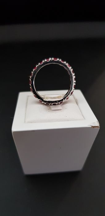 Beautiful wedding ring in 750 grey gold set with 1.33 ct of lovely natural rubies