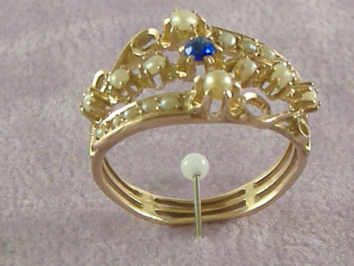 Ring in 14 kt gold with sapphire and pearls, early 20th century, Italy