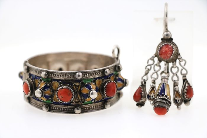 925 silver bangle and pendant with corals and enamel - bangle size: Ø 54 x 57 mm / pendant size: 31 x 75 mm