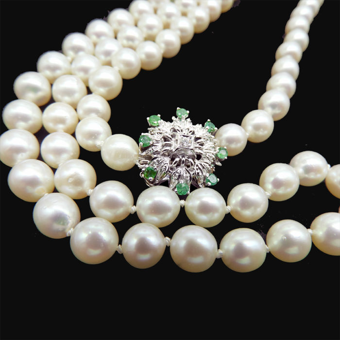 Akoya pearl necklace approx. 90 cm, 14 kt white gold clasp with brilliant and 8 emeralds of 0.86 ct As good as new
