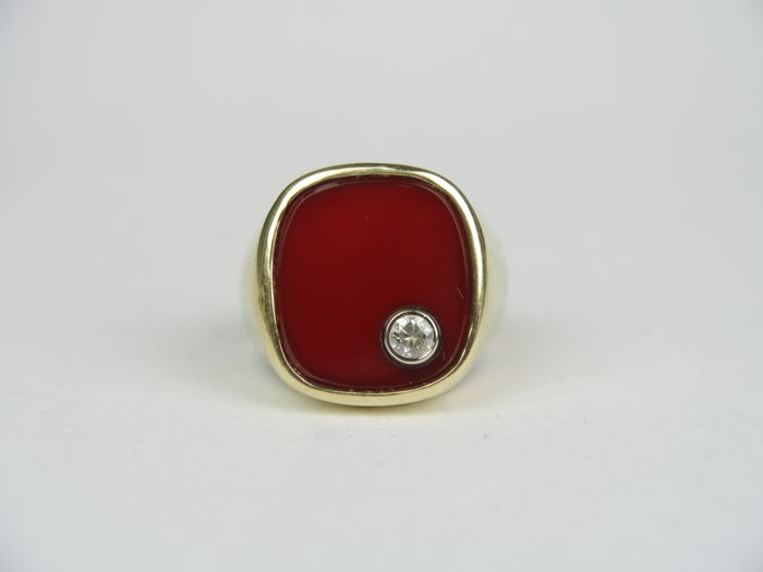 Men's gold ring with a carnelian and brilliant 0.20 ct, 585 gold.