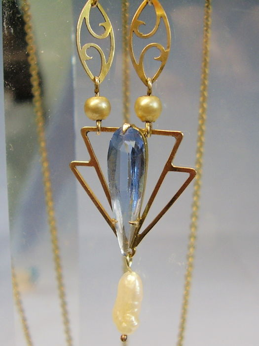 Antique necklace made of light blue spinel of 3 ct and a small river pearl