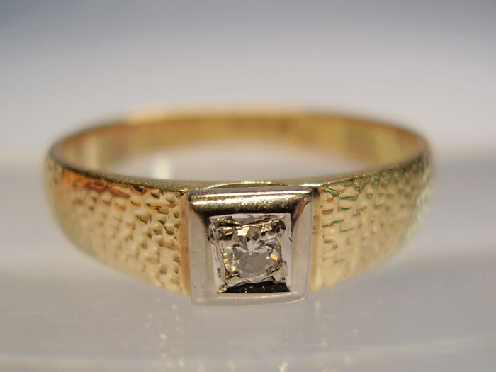 14 kt gold ring with natural diamond solitaire of 0.10 ct TW/W, SI in a white gold setting