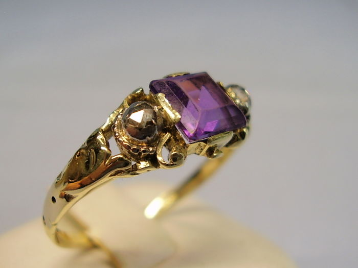 Antique 14 kt gold ring with natural amethyst - carre weighing 1 ct and two diamonds 0.14 ct