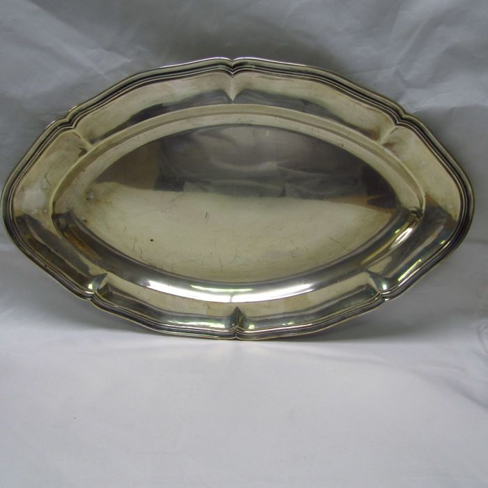 D. GARCÍA. Oval-shaped sterling silver tray. Spain. 20th. Weight: 1,125 grams
