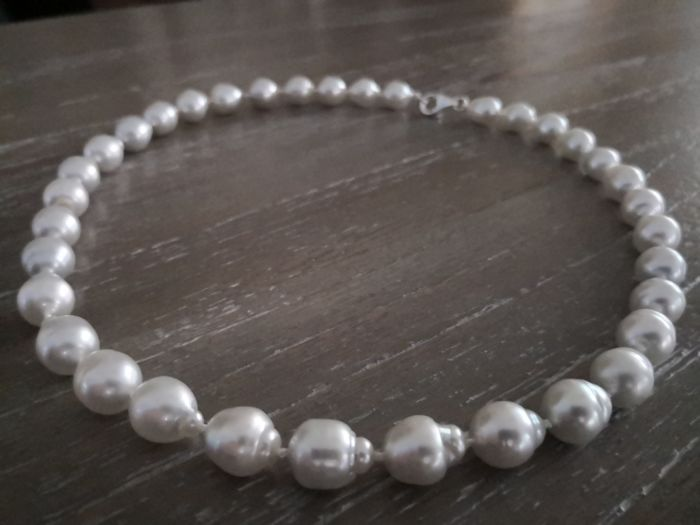 Necklace made of Australian pearls measuring 11-12 mm, 35 baroque pearls, natural silvery white colour with high lustre.  No reserve price.