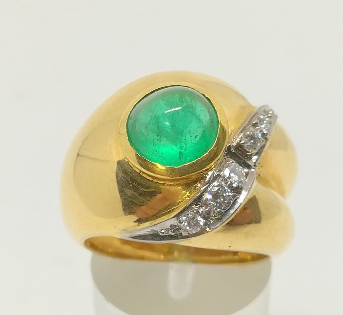 18 kt yellow gold cocktail ring with cabochon emerald and diamonds - tatum 11