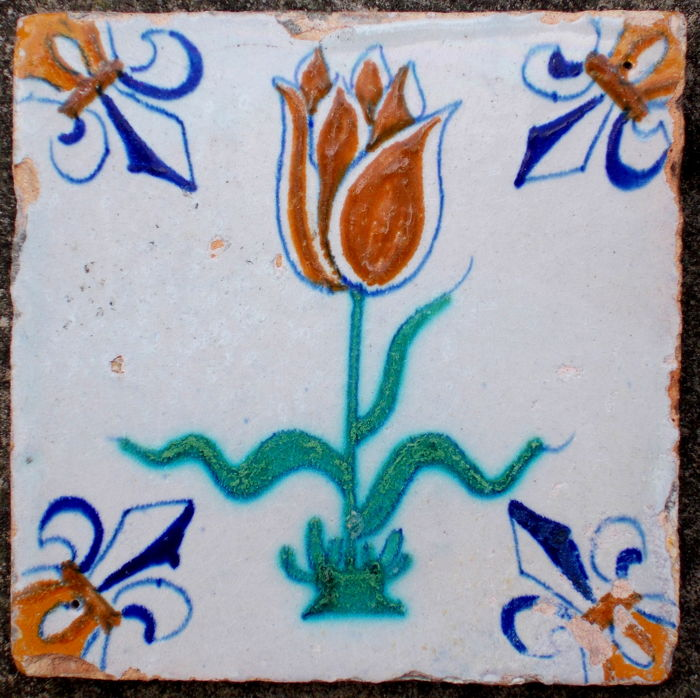 Rare, super intact tile with a tulip, Holland, ca. 1620 - 1640