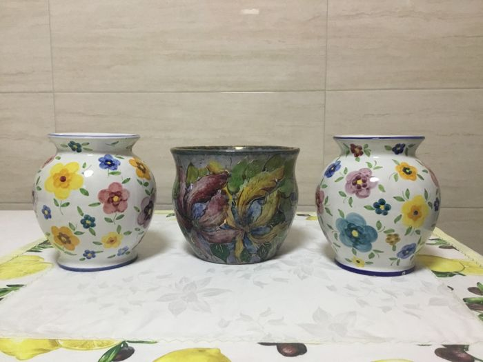 Aretini Zulimo - Decorated cachepot with metallic lustre and pair of vases with floral decoration