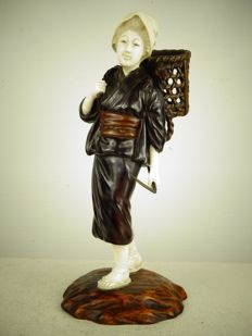 Very fine ivory and bronze statue of a girl - Japan - late 19th/early 20th century (Meiji period)