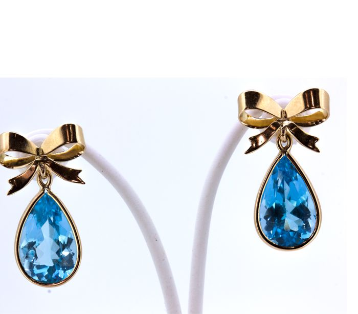 Bow-shaped earrings in 18 kt gold with pear cut topazes weighing 5.6 ct