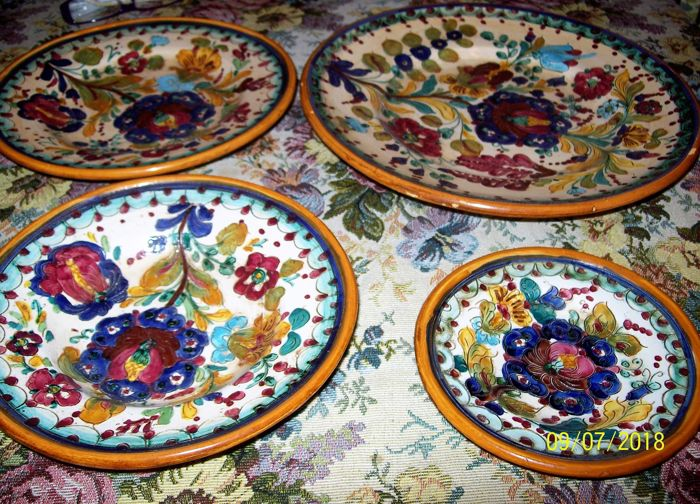 Deruta - 4 decorative plates, signed and numbered