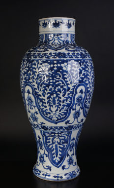 Very large blue-and-white porcelain Kangxi vase - China - 17th century