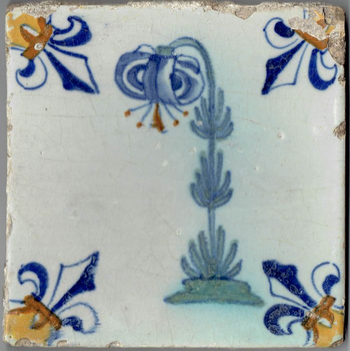 Special 17th century tile with a depiction of a lily - Intact