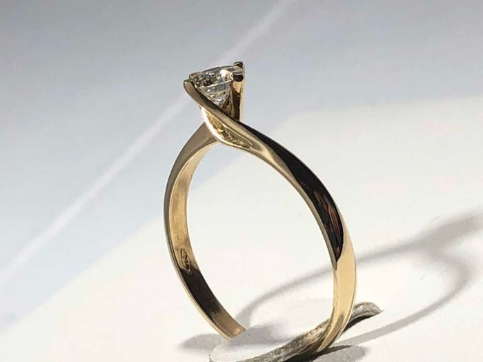 18 kt gold solitaire engagement ring with diamond - Size 22