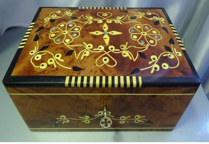 Box, carved and polished by hand in mahogany wood and with inclusions of mother-of-pearl