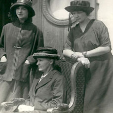 Unknown/Underwood & Underwood - Marie Curie and her daughters arrive in New York, 1921