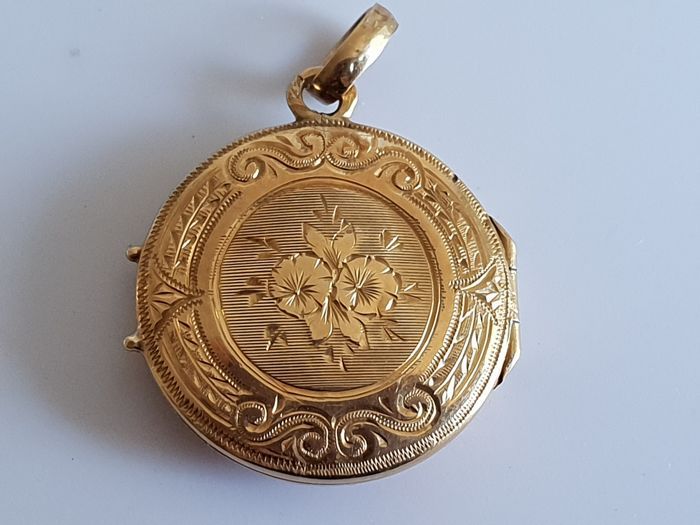 Antique photo-holder pendant in 18 kt 750 yellow gold Eagle's head hallmark floral motif engraving jewellery from inheritance  1.3 cm in diameter Weight 1.72 g ## no reserve ##
