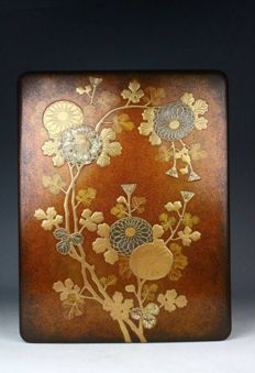 Very fine and large lacquered bunko box decorated with a maki-e design of flowers and butterflies, signed - Original tomobako included - Japan - 19th century (Edo/Meiji Period)