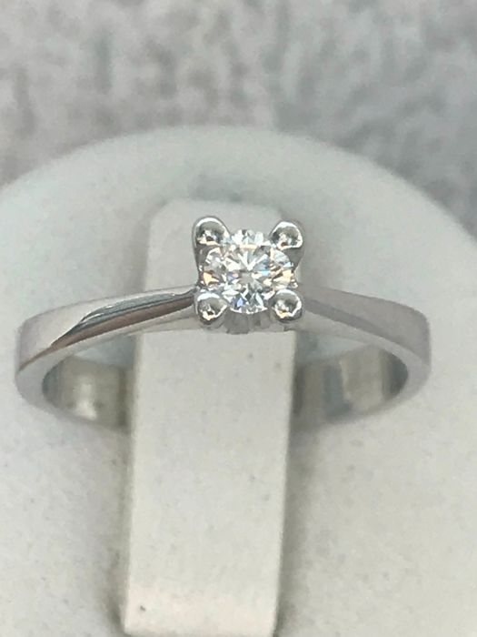 18 kt white gold solitaire ring set with a diamond of 0.20 ct - Top Wesselton VVS. Size: 51/16.20 mm