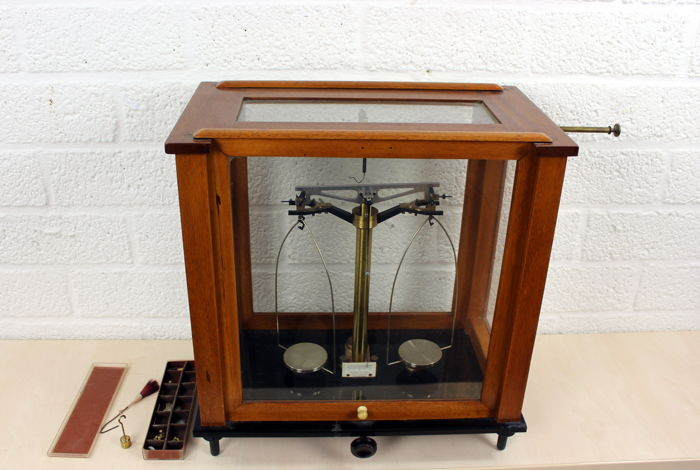 Becker's Sons pharmacists - Balance scale in mahogany veneered cabinet - The Netherlands - ca. 920