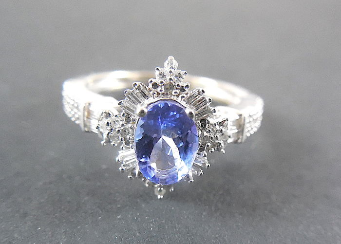 14K white gold entourage ring with 1.6ct Tanzanite & 0.36ct Diamonds G-H/ SI. Ring size 17 mm / 54. No reserve