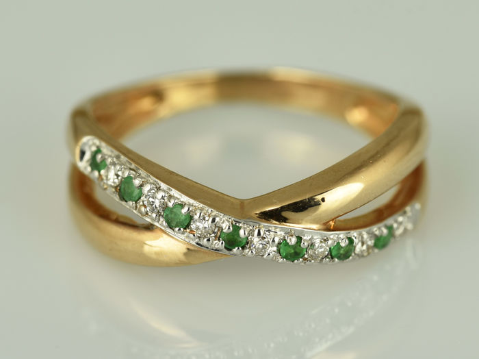 14 kt gold. Ring with emeralds and diamonds. Size 56 (ø 17.9 mm)
