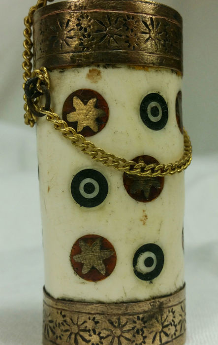 Tibetan Snuff Bottle - in horn, with an inlay in metal and semi-precious stones - 1940s