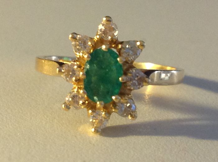 18 kt gold daisy ring with Emerald and Diamonds (NO RESERVE PRICE)