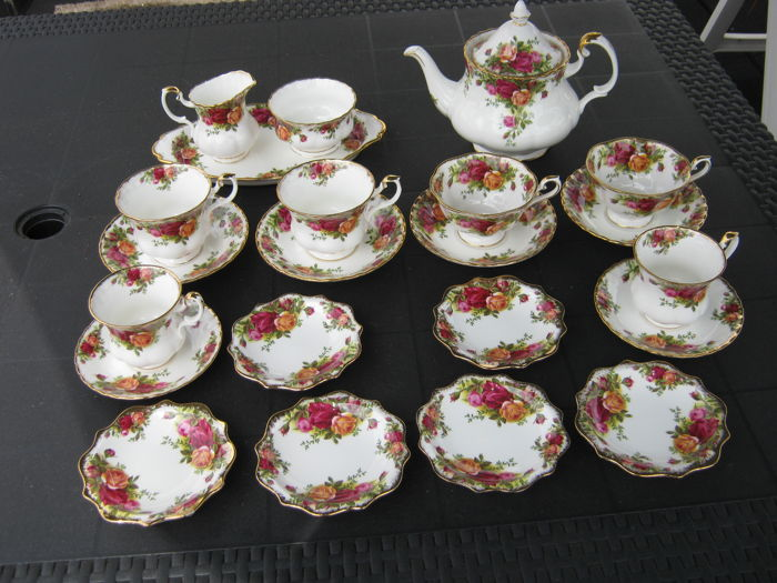 Royal Albert - Old Country Roses, 16-piece tea service.