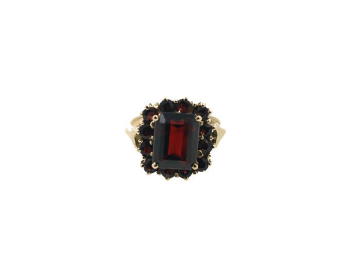 18 kt yellow gold ladies' ring with a total of approx. 6.00 ct of garnets - ring size: 51 EU - free size adjustment