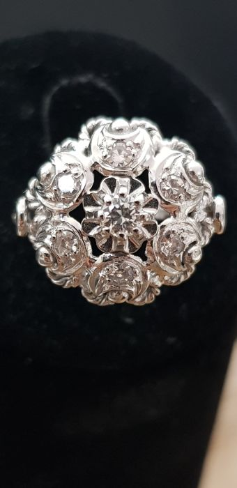 Beautiful 1950s ring in grey gold with floral motif set with 0.26 ct of lovely diamonds