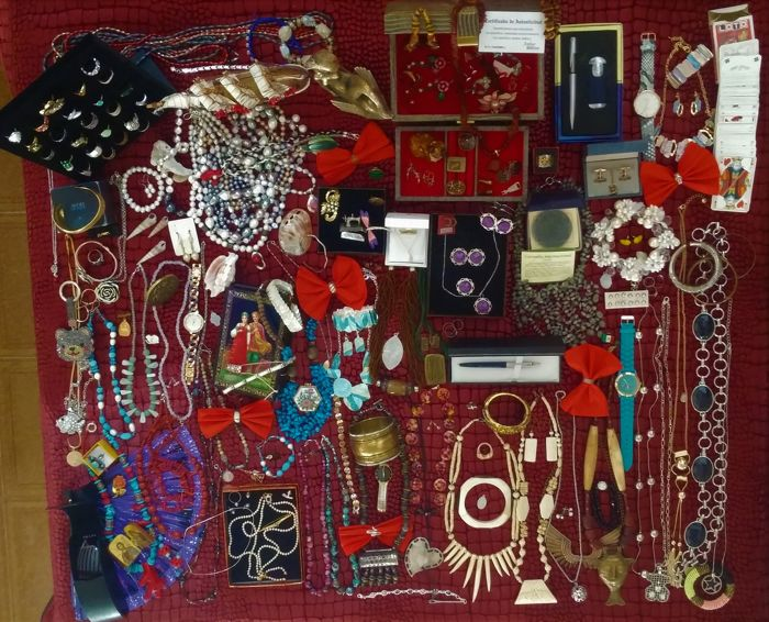A collection of old and modern jewelry, more than 400 items. Marked gold 18 k. (750/1000), silver 925, H.Samuel, Prada, Parker, Aivon, jewelry with precious stones: amber, ruby, pearl, coral, jade, bone, turquoise, moonstone, agate, shell, mother of pearl etc. from the liquidation of personal property.