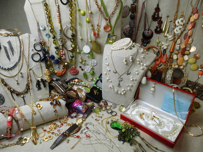 A massive Lot of Jewellery with more than 180 items and collectibles.