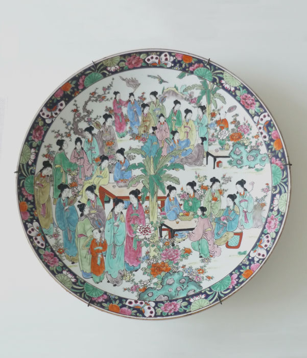 Large dish with polychrome porcelain decoration - Marked 'Yamatoku' ヤマトク - Japan - circa 1910-1920