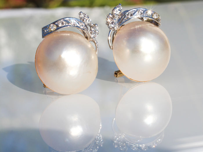18 kt gold earrings  Two-tone Mabe pearl and diamonds - no reserve price