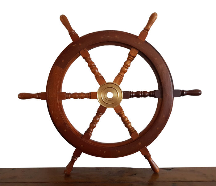 Large steering wheel from a ship - Hout
