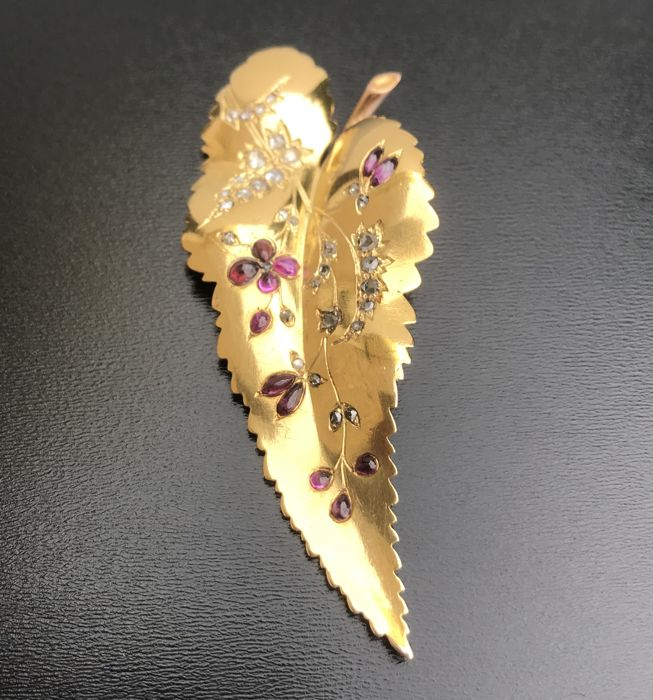 Large antique pendant in 18 kt gold in the shape of a leaf, decorated with ruby cabochons and rose-cut diamonds (0.66 ct) ** NO RESERVE PRICE **